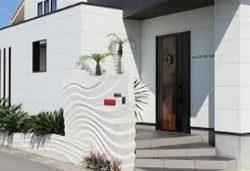 サロンは黒&白のモダンな建物